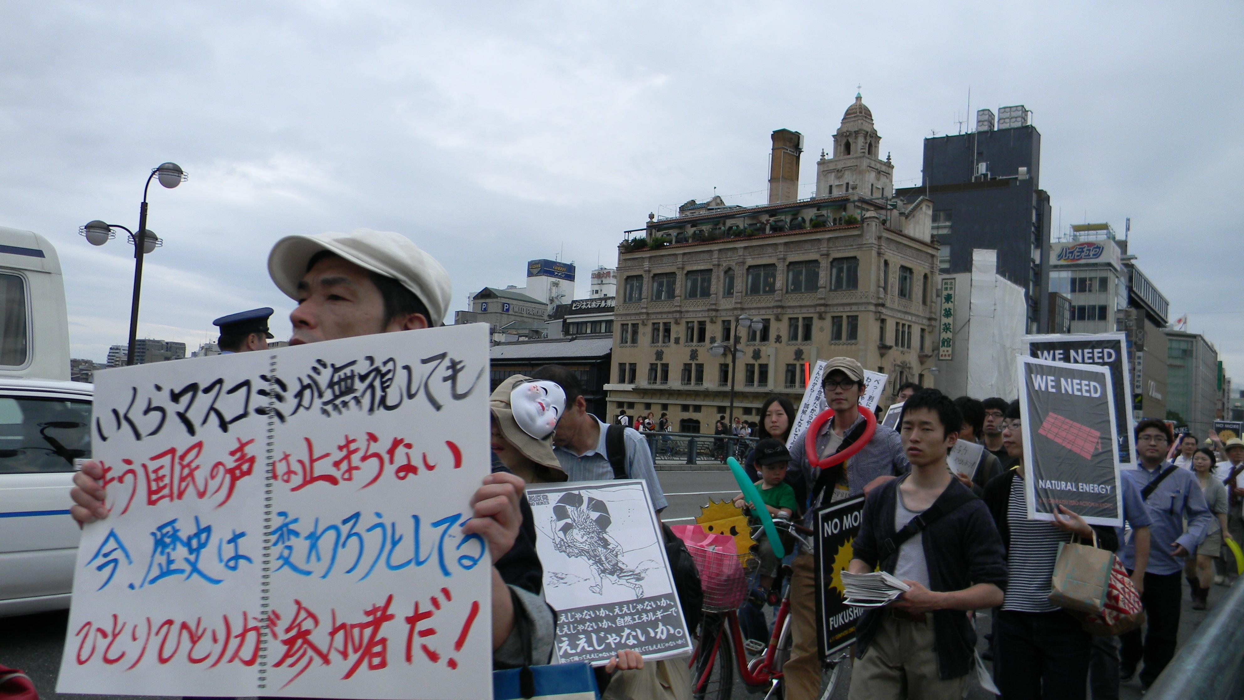 Sono molti i giovani, noti per essere politicamente poco attivi in Giappone, a alzare la voce. Si sentono direttamente minacciati e in tanti si sono svegliati per rivedere il proprio stile di vita.